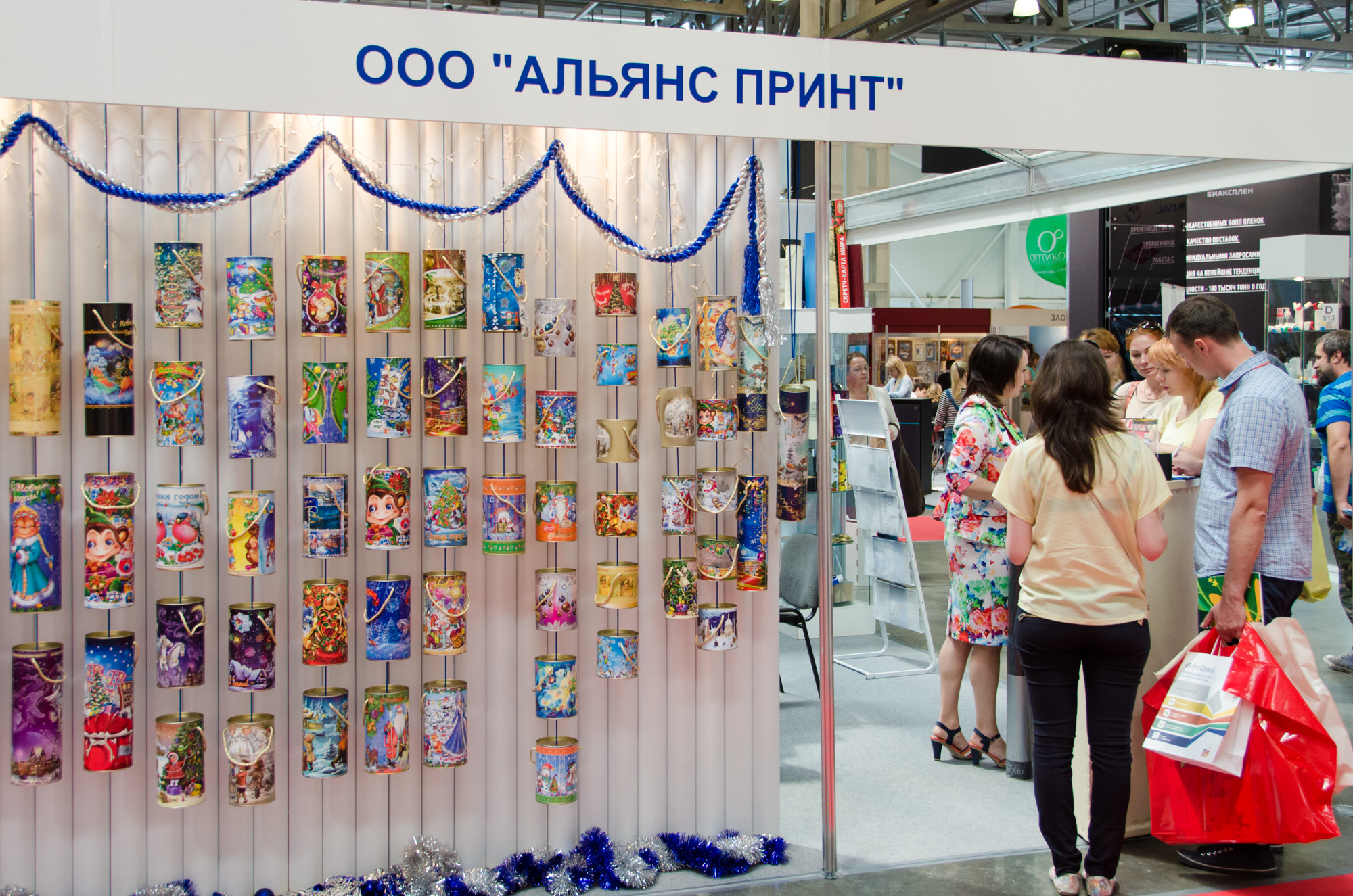Ассортимент тубусов на выставке
